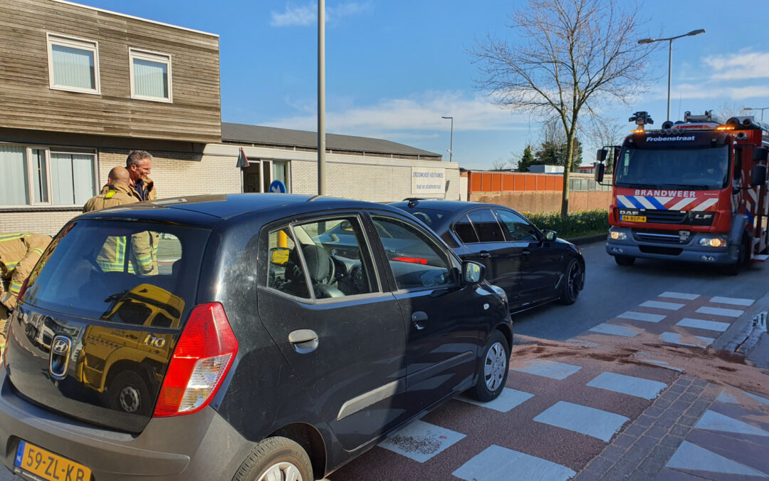 Auto botst op stilstaande auto op kruising Industrieweg Rotterdam