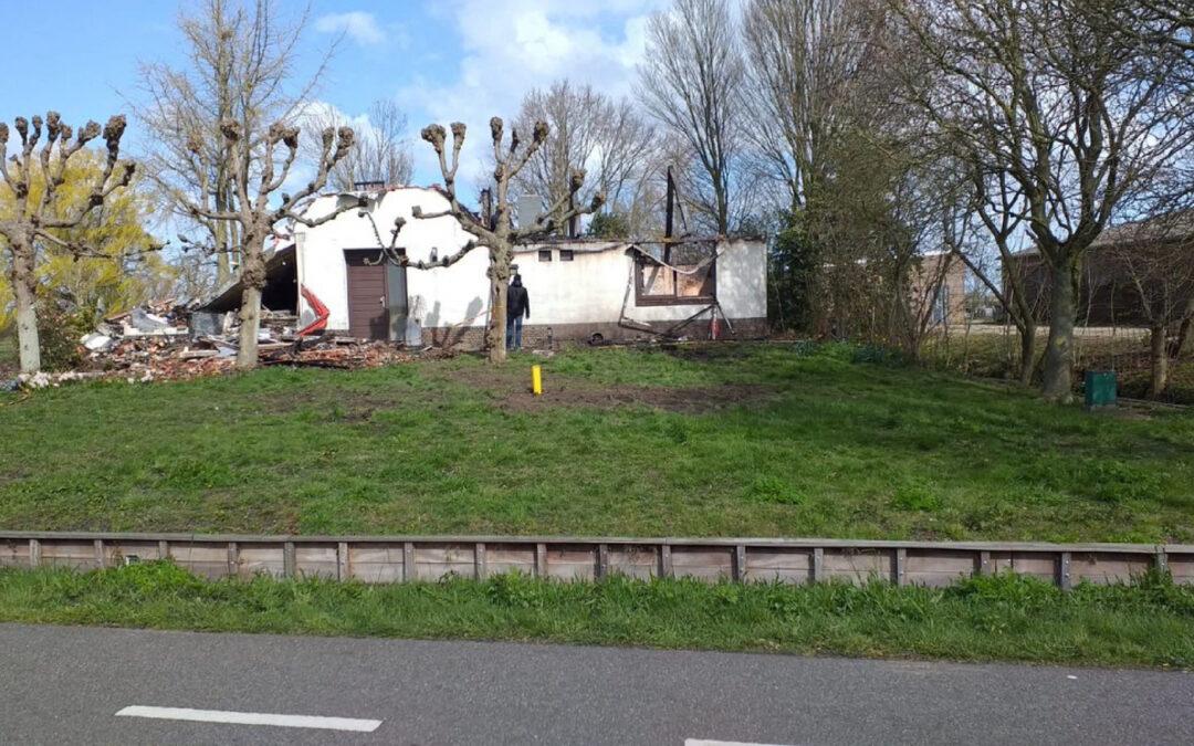 Day after: grote brand woning met rieten kap Opweg Schoonhoven