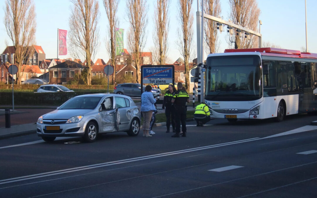 Lijnbus botst met personenauto op kruising Rozenlaan Spijkenisse