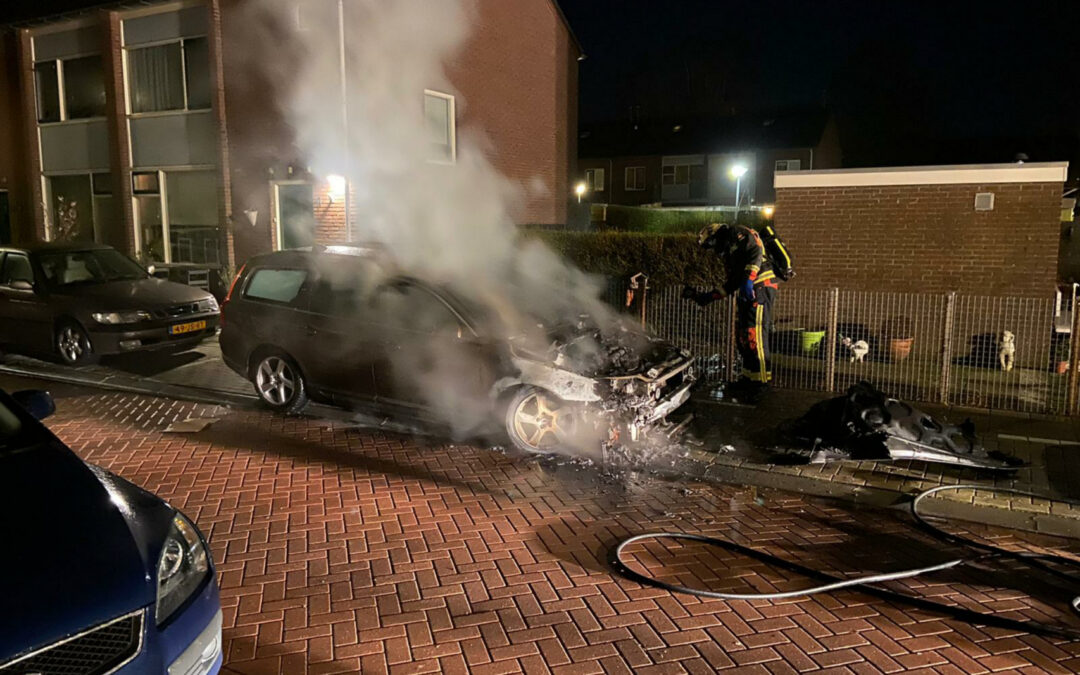 Auto flink beschadigd na brand Amalia van Solmsstraat Waddinxveen