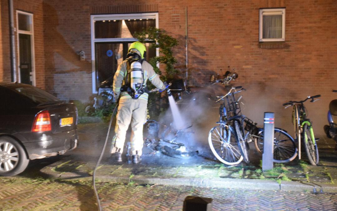 Scooter verwoest door brand Van Beverenstraat Schiedam