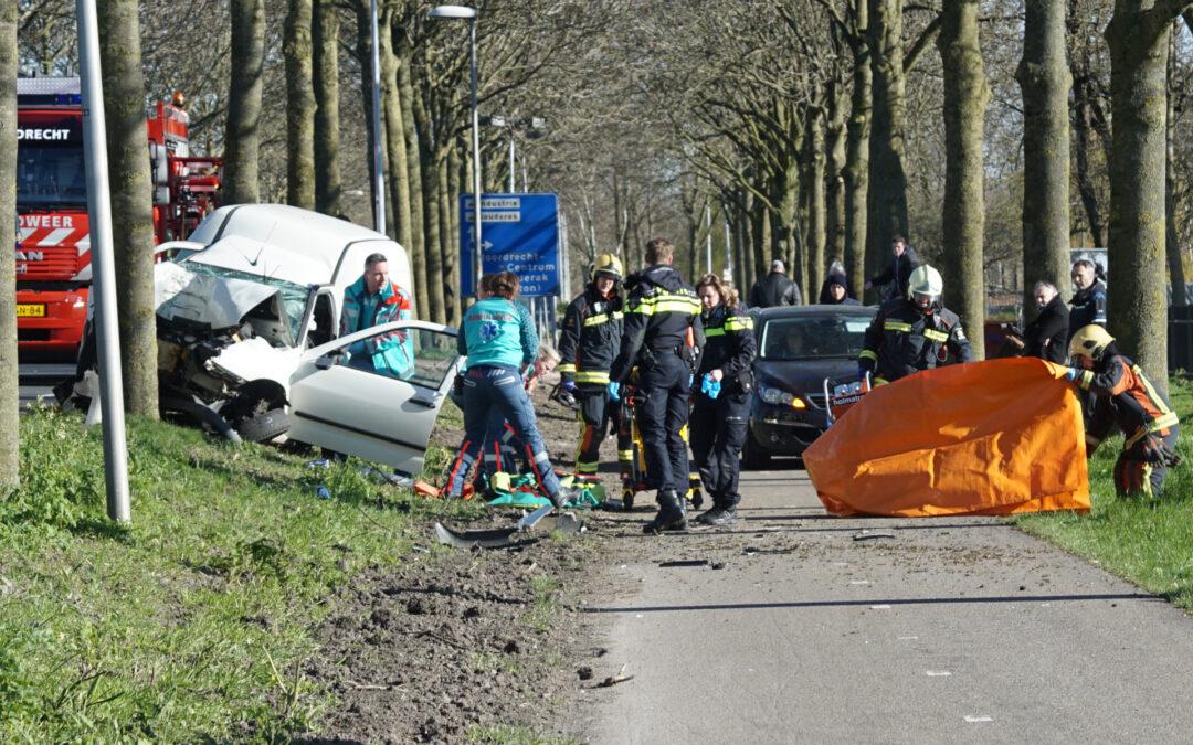 Bestelbus crasht frontaal tegen boom Middelweg Moordrecht (video)