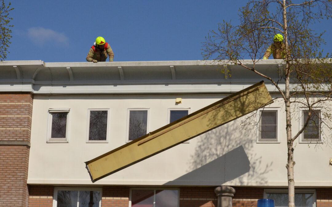 Dakplaten laten los door harde windstoten Van Ruysdaellaan Bergschenhoek