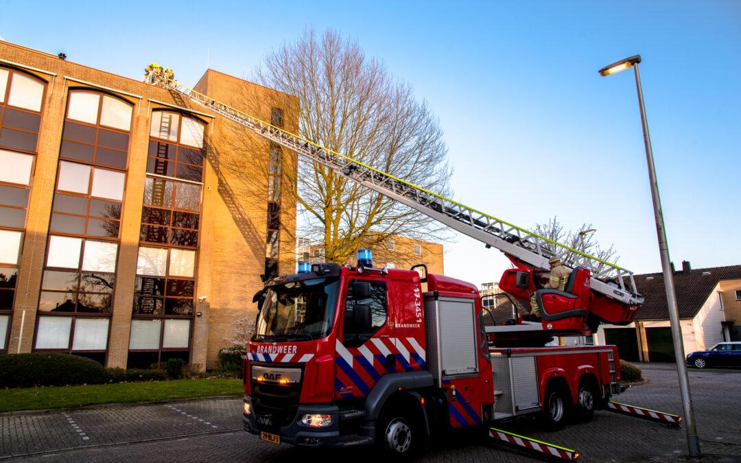 Brandweer verwijdert losgewaaid reclamebord Ravelstraat Rhoon