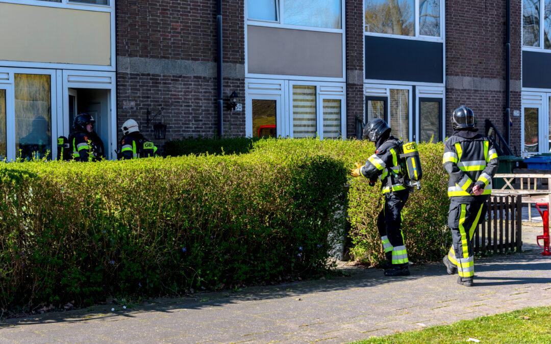 Brandweer doet onderzoek in woning na rookontwikkeling Oudelandseweg Hoogvliet Rotterdam