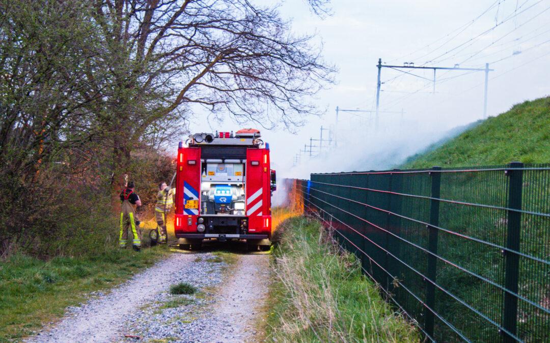 Flinke rookontwikkeling bij bermbrand langs spoorlijn Petroniuspad Sittard