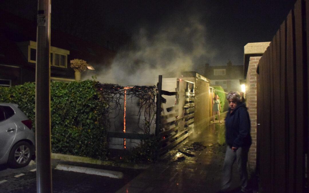 Buurtbewoners blussen brandende schutting, brandstichting mogelijke oorzaak Boekweitakker Waddinxveen