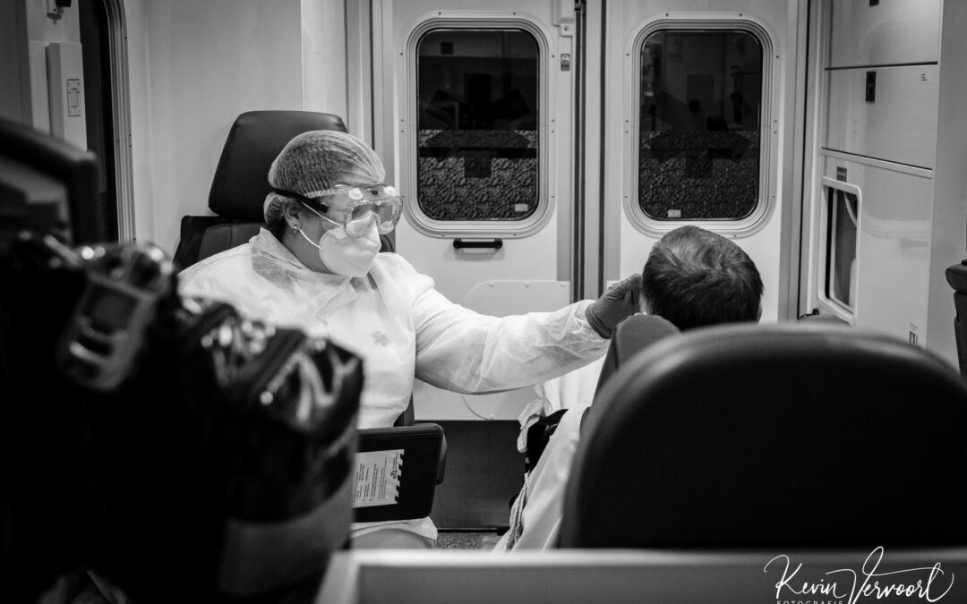 Coronapatiënten en ambulancevervoer, fotograaf Kevin Vervoort legt bijzondere beelden vast