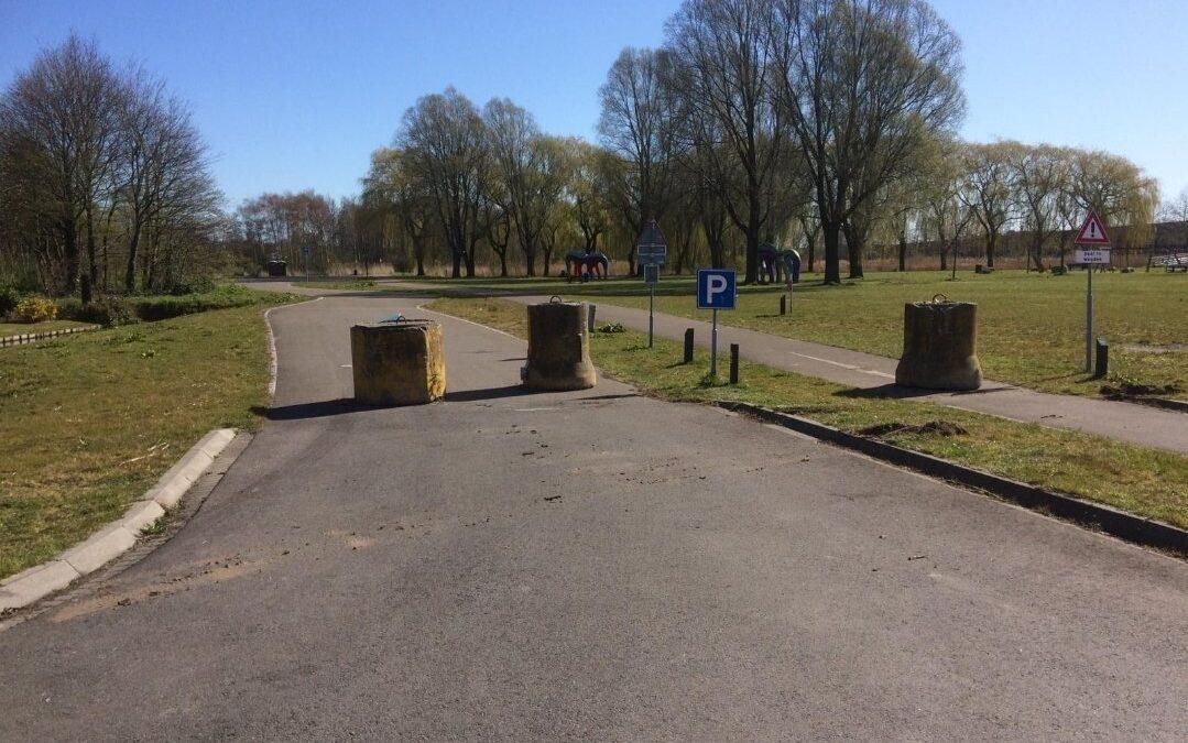 Door aanhoudende samenscholing parkeerplaatsen Charloisse Lagedijk Rotterdam afgesloten met betonblokken