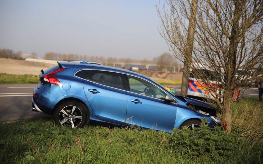 Auto raakt van de weg en botst tegen boom Provincialeweg – N207 Gouda