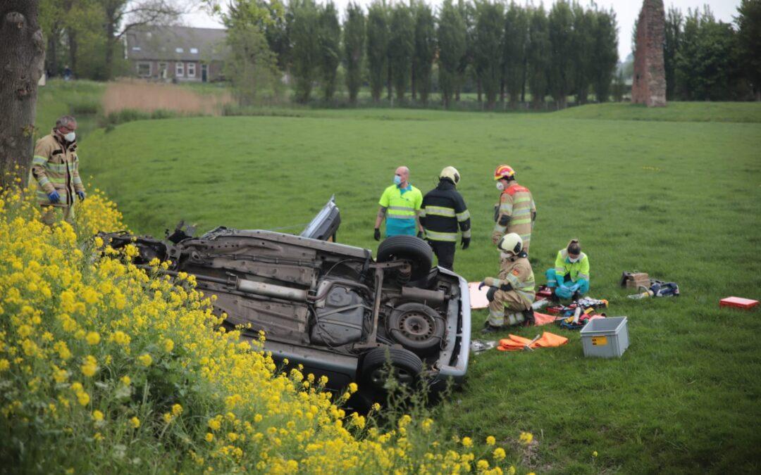 Auto belandt op de kop in de greppel na frontale aanrijding op Goudse Straatweg (N228) in Oudewater