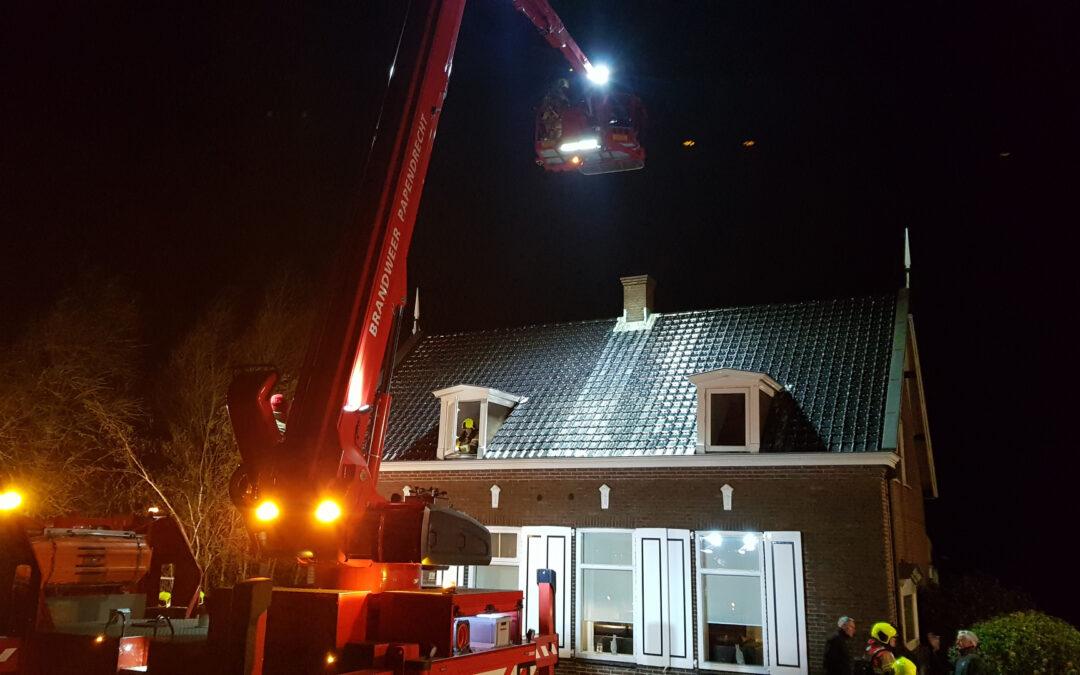 Brandweer blust schoorsteenbrand Oost Kinderdijk Alblasserdam