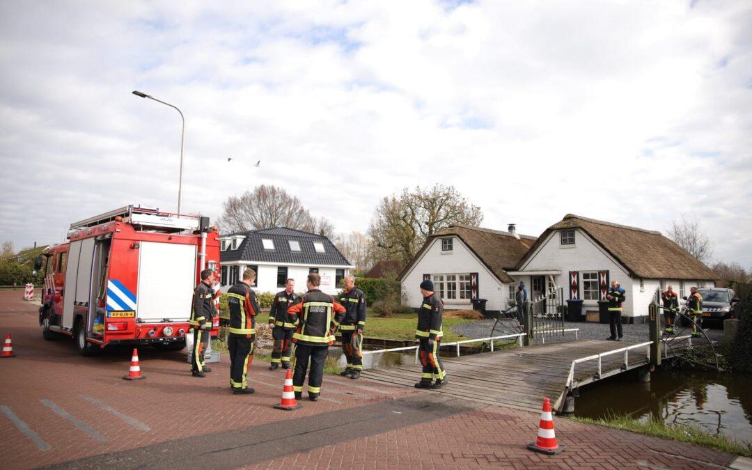 Brandweer massaal gealarmeerd voor brand in rieten dak van woning in Noorden