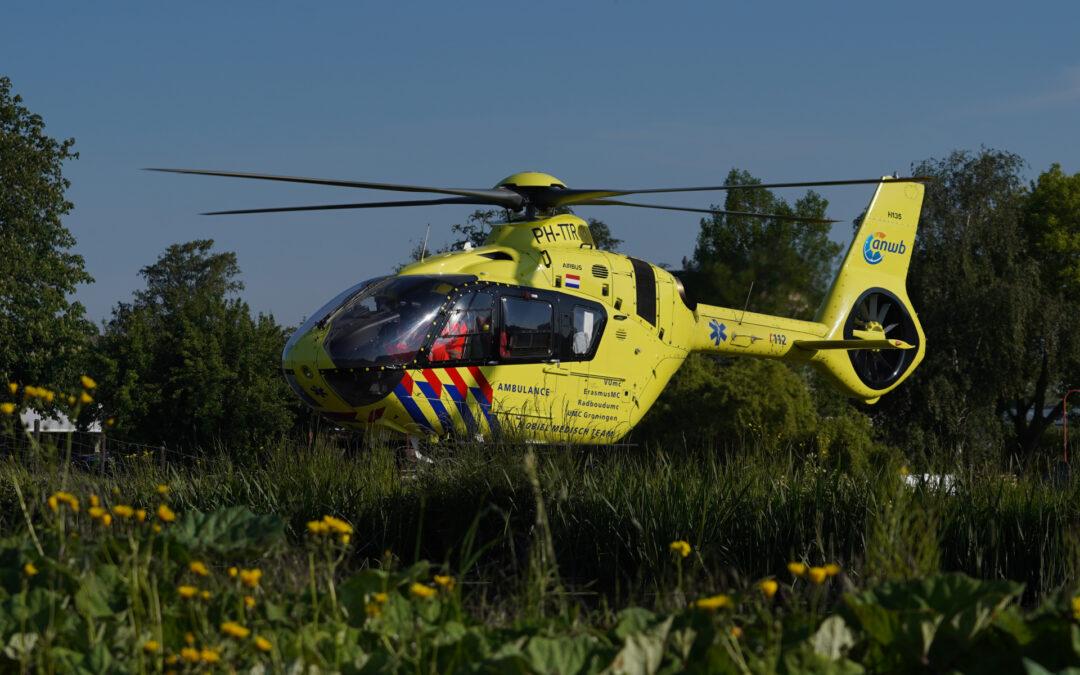 Traumahelikopter geland op dijk voor medische noodsituatie Westringdijk Nieuwerkerk aan den IJssel