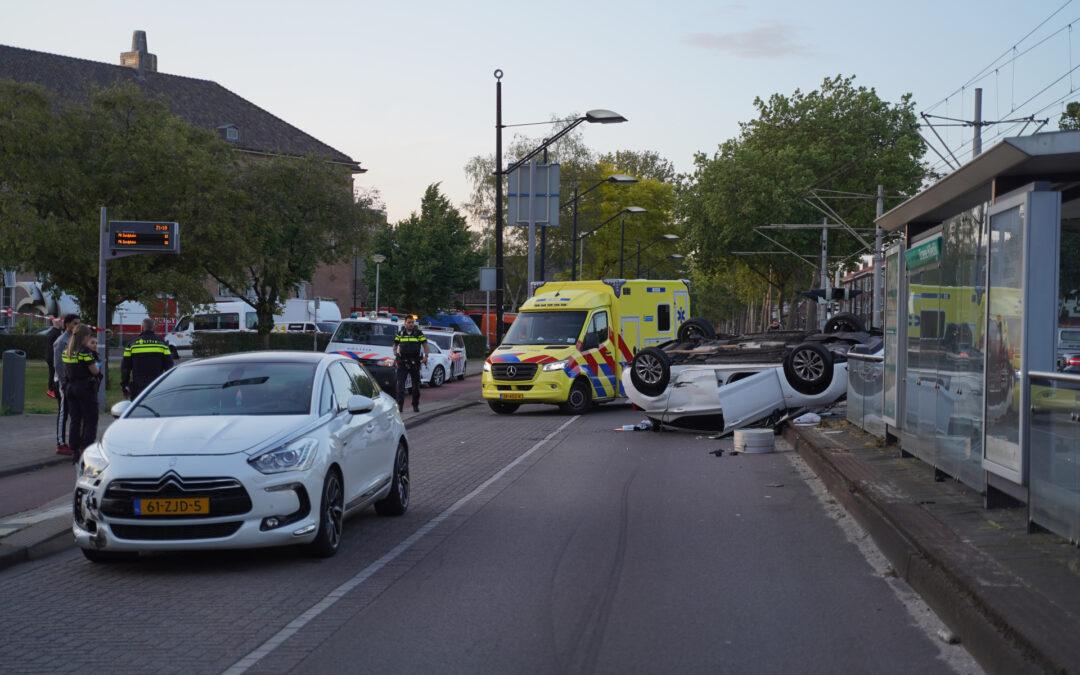 Personenauto belandt op zijn kop na aanrijding Groene Hilledijk Rotterdam