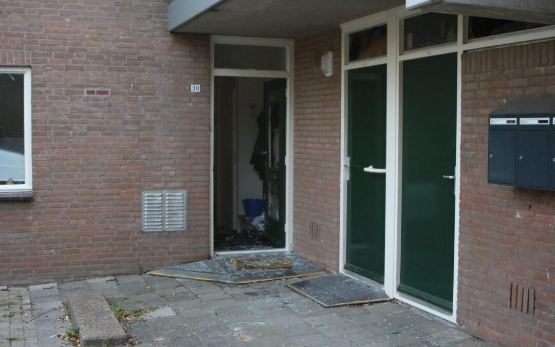 Zwaar vuurwerk verwoest voordeur Ploegvoorde Spijkenisse