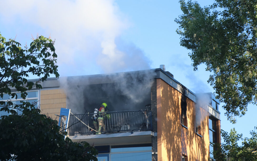 Brand na explosie in flatwoning Vignolastraat Rotterdam (video)