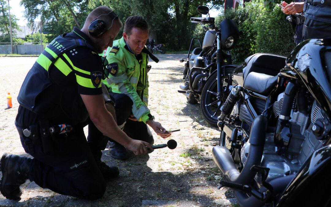 Politie controleert motoren en scooters op parkeerplaats Waalplantsoen Krimpen aan den IJssel