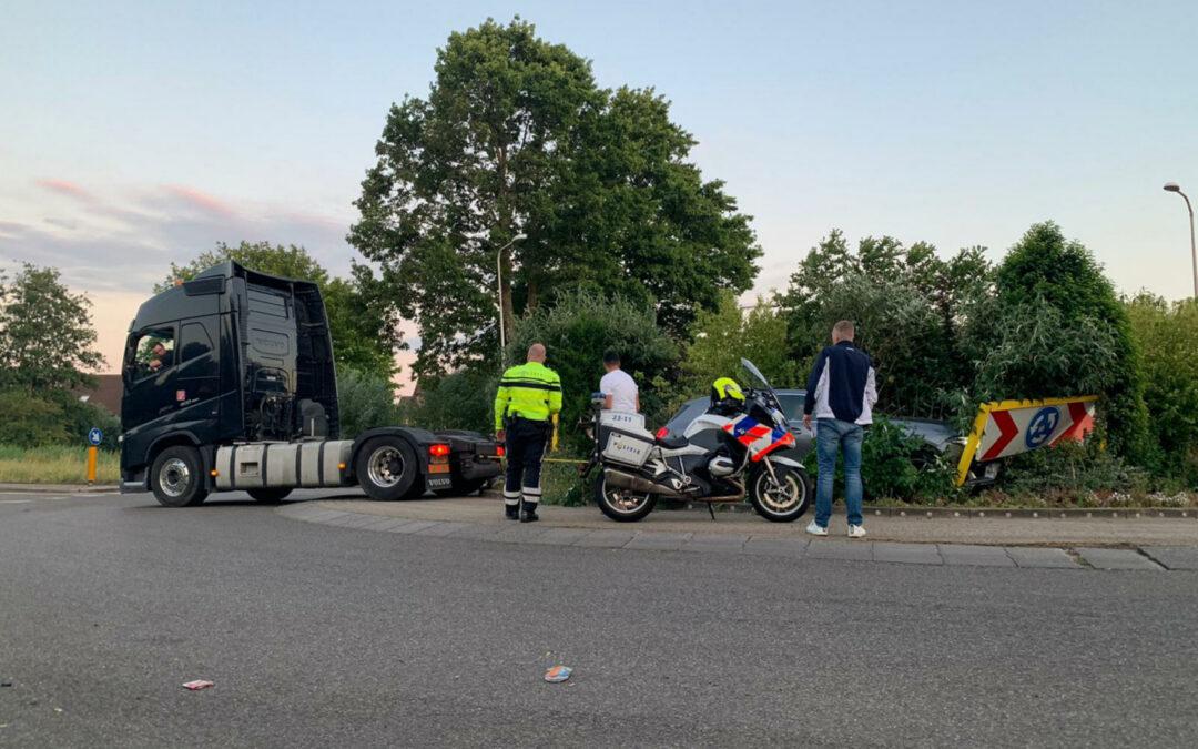 Mercedes rijdt rechtdoor rotonde op na uitwijkmanoeuvre Goudse Houtsingel Gouda