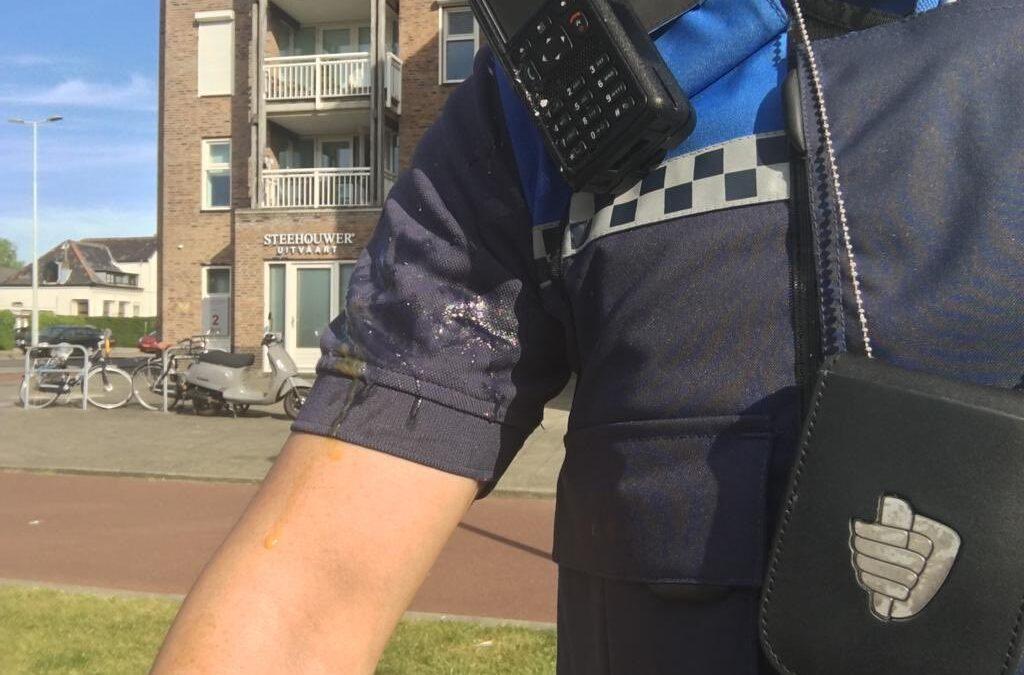 Handhaver bekogeld met ei in Nieuw Terbregge Rotterdam