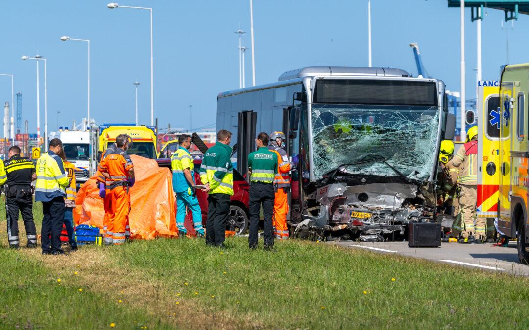 Automobilist overleden na frontale aanrijding met stadsbus op Vondelingenweg in Hoogvliet Rotterdam (video)