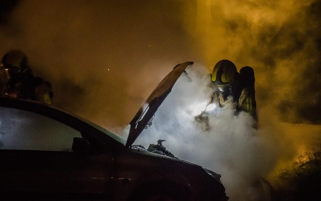Twee geparkeerde auto's zwaar beschadigd door brand in Vlaardingen