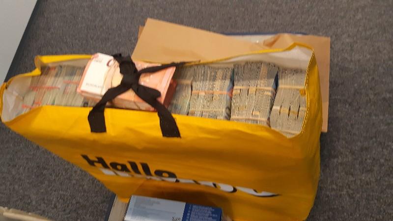 Man aangehouden in Rotterdam met ruim half miljoen euro in bigshopper