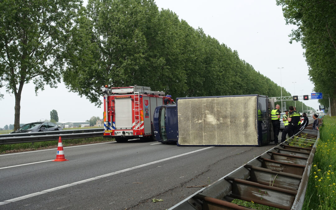 Bestelbus belandt op zijn kant, vrachtwagen ramt vangrail Rijksweg A20 Nieuwerkerk aan den IJssel