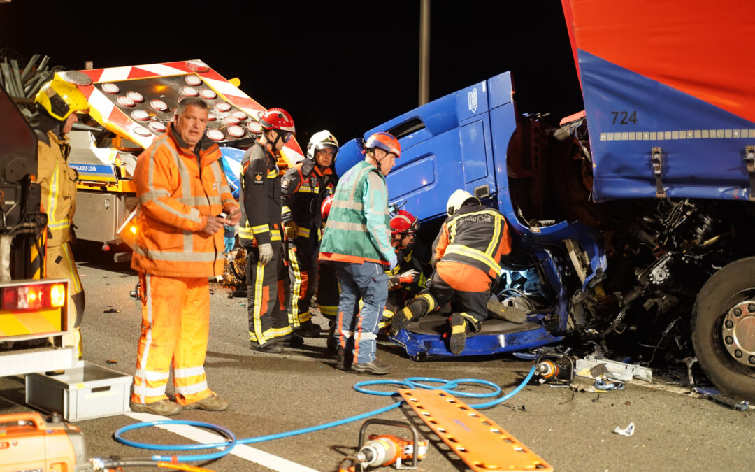 Vrachtwagen botst op pijlwagen, twee zwaargewonden Rijksweg A12 Bleiswijk