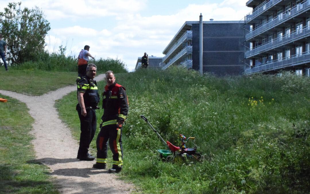 Grote zoekactie na aangetroffen kinderdriewielers langs waterkant Alberdingk Thijmlaan Waddinxveen