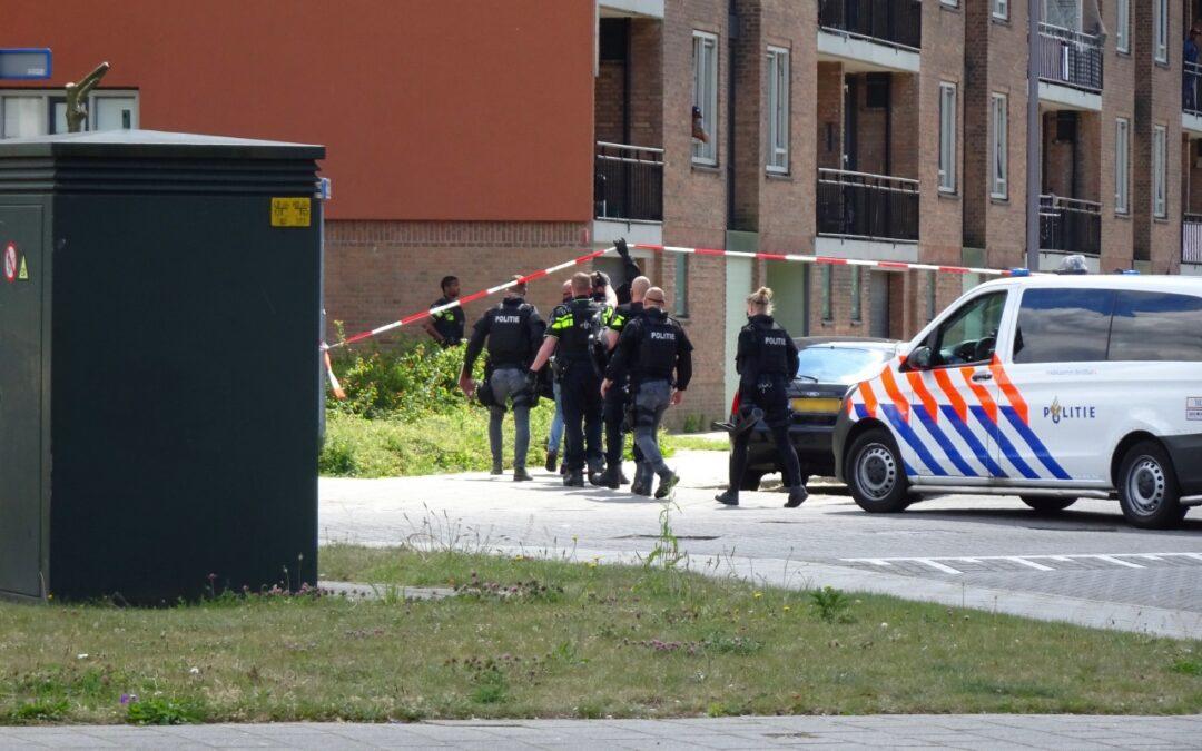 Politiemacht haalt boze buurman uit woning Pirandellostraat Rotterdam