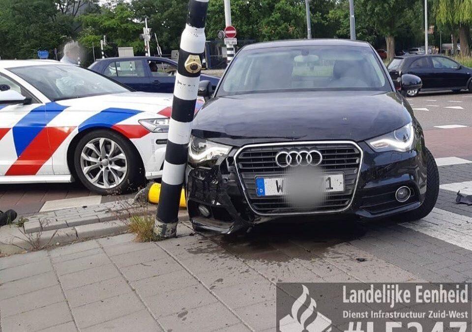 Automobilist crasht auto voor politiebureau in Schiedam na achtervolging
