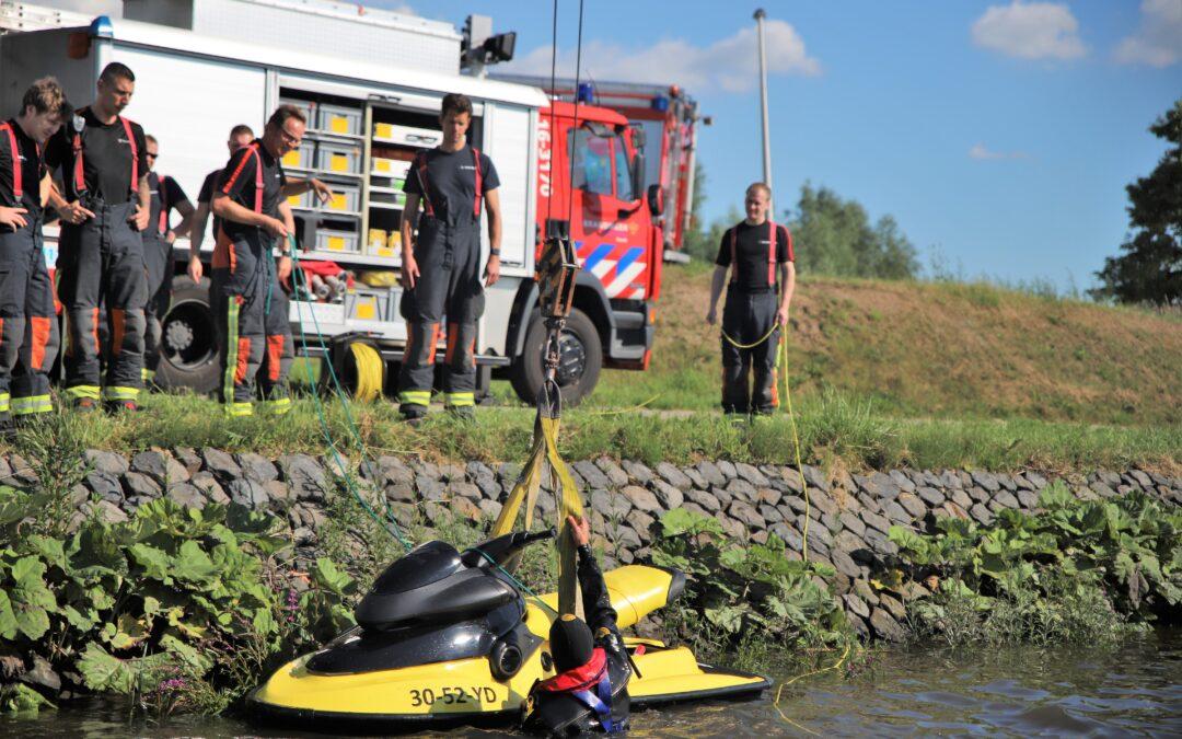 Brandweer helpt jetskiër in problemen in Gouda