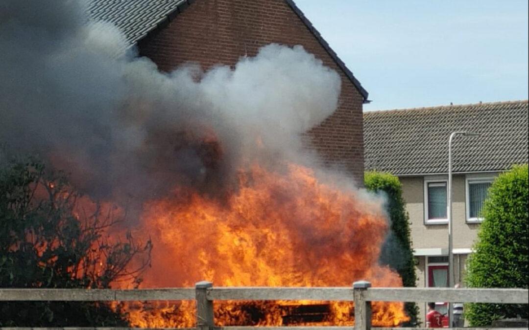Enorme vlammenzee bij brand in schuur Reinier de Graafstraat Schoonhoven