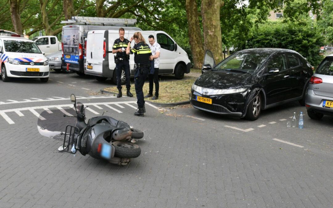 Scooterrijder botst op auto na verlaten parkeerplaats Hugo de Grootstraat Schiedam