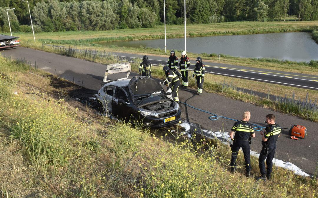 Auto verwoest door brand, vermoedelijk brandstichting Rijksweg A15 Pernis