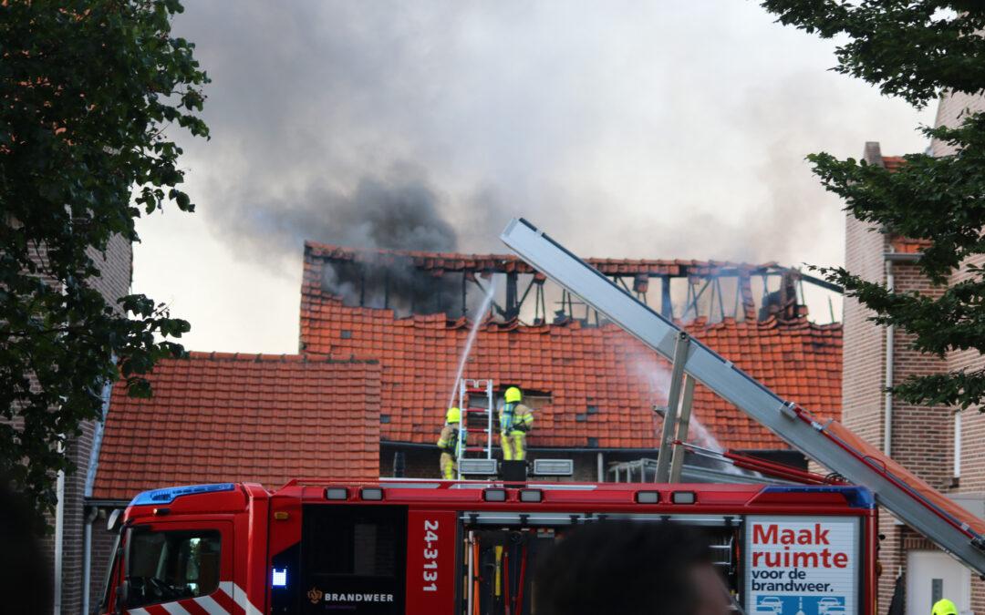 Uitslaande brand legt schuur in as Molenstraat Born