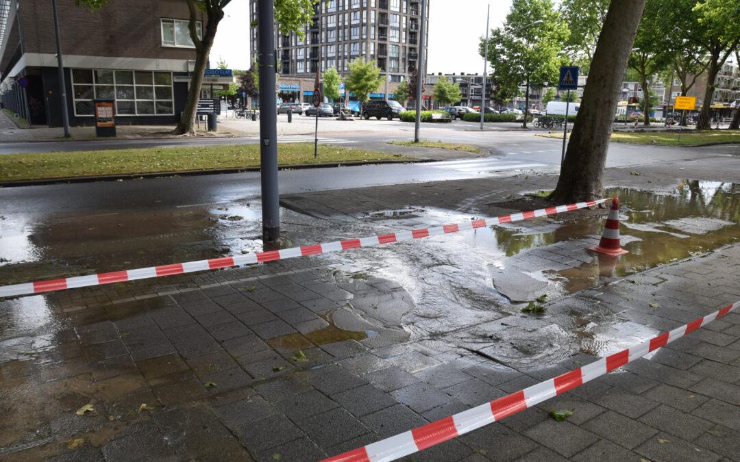 Straat blank na gesprongen waterleiding in Charlois Slinge Rotterdam