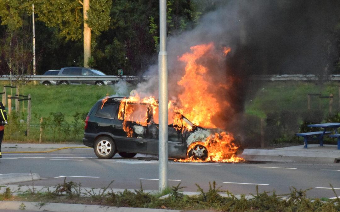 Auto brandt volledig uit op parkeerplaats langs snelweg Rijksweg A12 Bodegraven