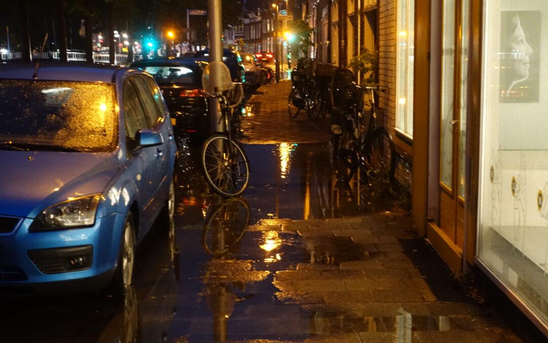 Water stroomt woning binnen Blekerssingel Gouda