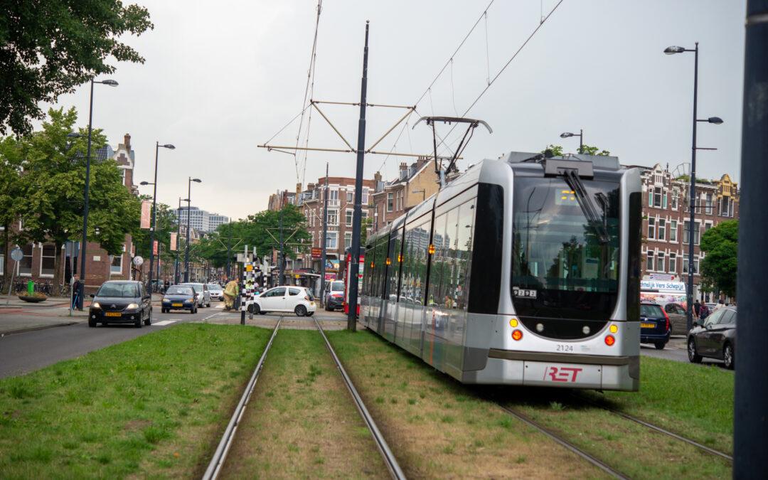 Auto botst met tram Heemraadssingel Rotterdam
