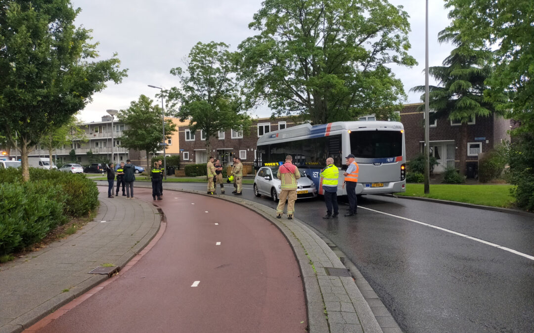 Aanrijding tussen lesauto en lijnbus Kedichemstraat Rotterdam