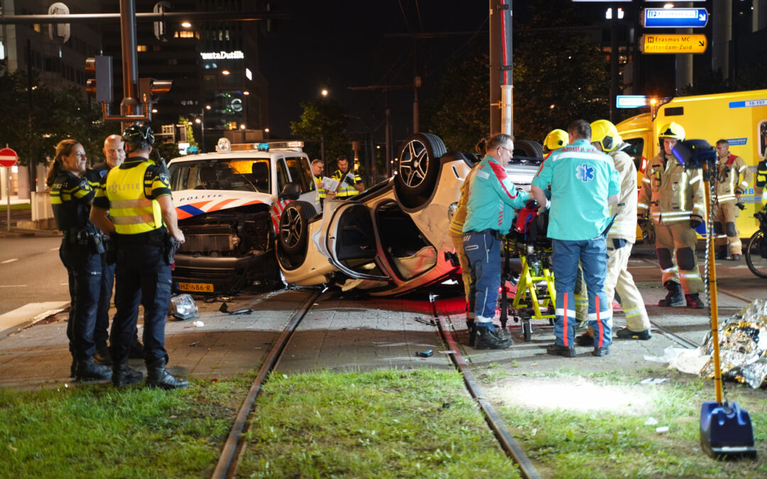 Meerdere gewonden na botsing tussen politieauto en auto Weena Rotterdam