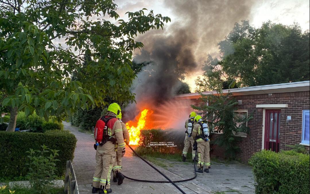 Auto verwoest door brand voor gevel woonhuis Eilertstraat Rotterdam