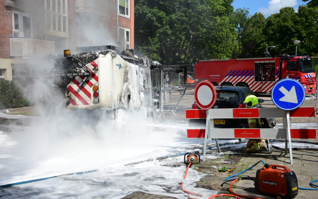 Brandende veegmachine lastig te bestrijden Brigantijnstraat Rotterdam