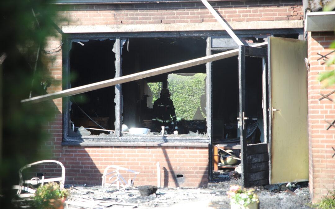 Twee bewoners gewond bij grote brand in drie woningen aan Schijfmos in Nieuwerkerk aan den IJssel