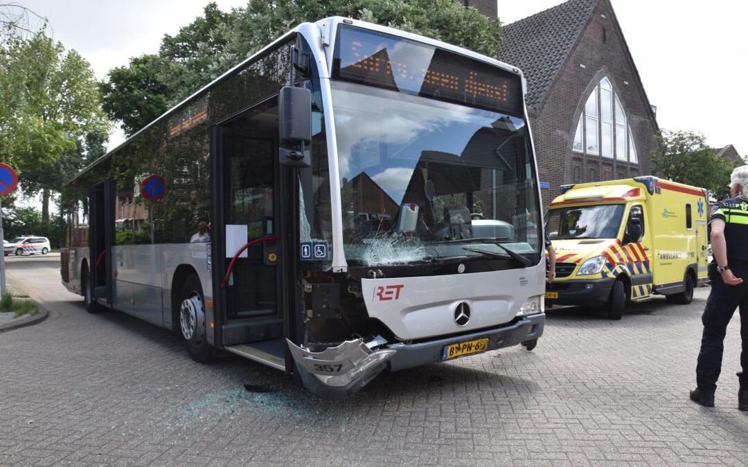 Forse schade bij aanrijding tussen lijnbus en personenauto Sirrahstraat Rotterdam