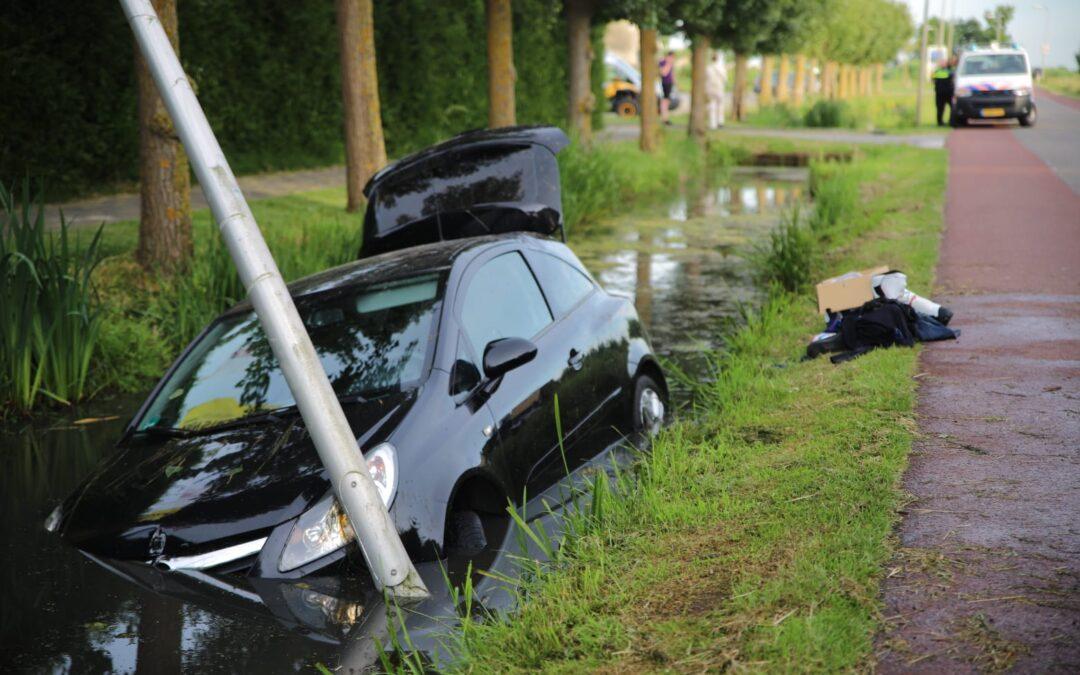 Automobilist botst op lantaarnpaal en eindigt in sloot in Haastrecht