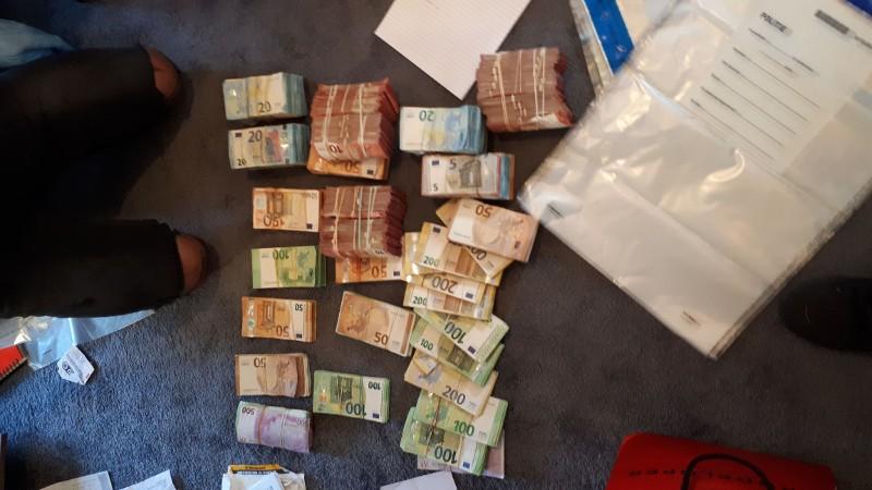Politie neemt geld, vuurwapen en drugs in beslag in Rotterdamse woning