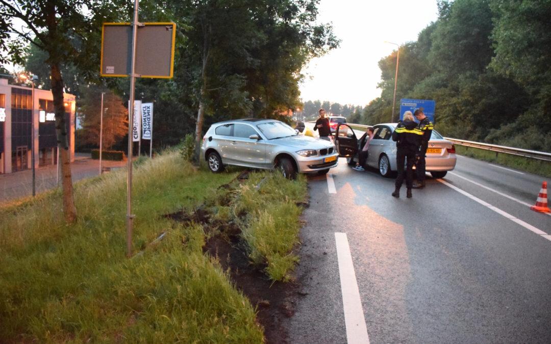 Auto vliegt uit de bocht en belandt op vangrail Goudsestraatweg Reeuwijk